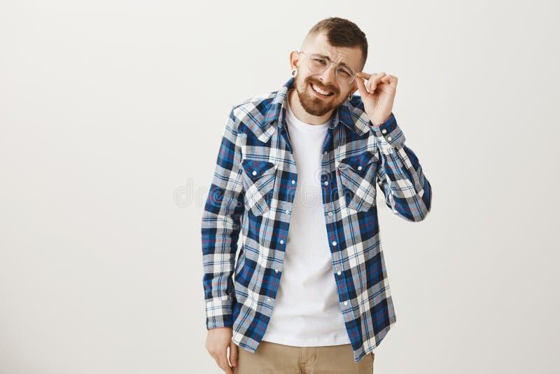 Tijd om eyewear bij opticienopslag te veranderen Portret die van grappig gebaard mannelijk model in blauw plaidoverhemd, hoofd tr stock foto's