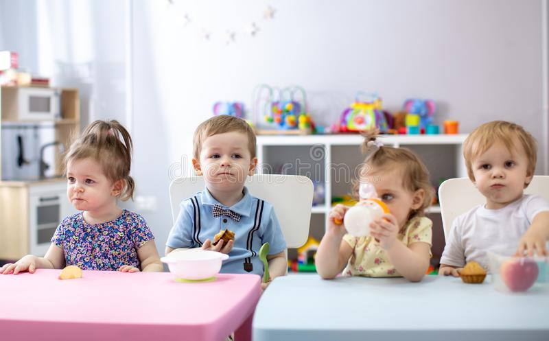 Tijd om in kleuterschool te eten stock fotografie