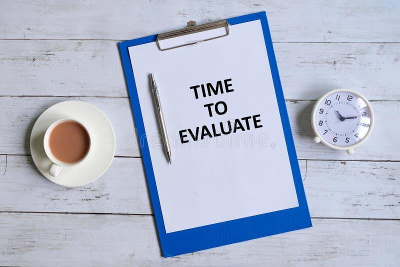 Tijd te evalueren geschreven op een klembord royalty-vrije stock afbeelding