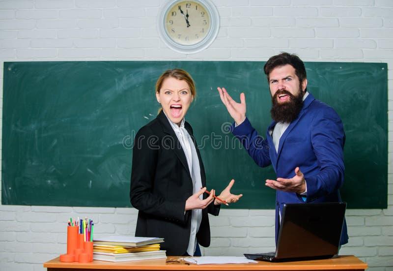 Tijd te koelen Administratie Het leven van het bureau Leraar en student op examen Terug naar School Niet formeel onderwijs Zaken stock fotografie