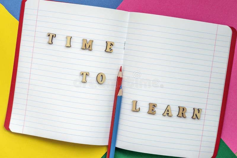 Tijd te leren, tekst en kleurrijke kleurpotloden in een open notitieboekje Concept onderwijs, beginnende school, terug naar schoo stock afbeeldingen