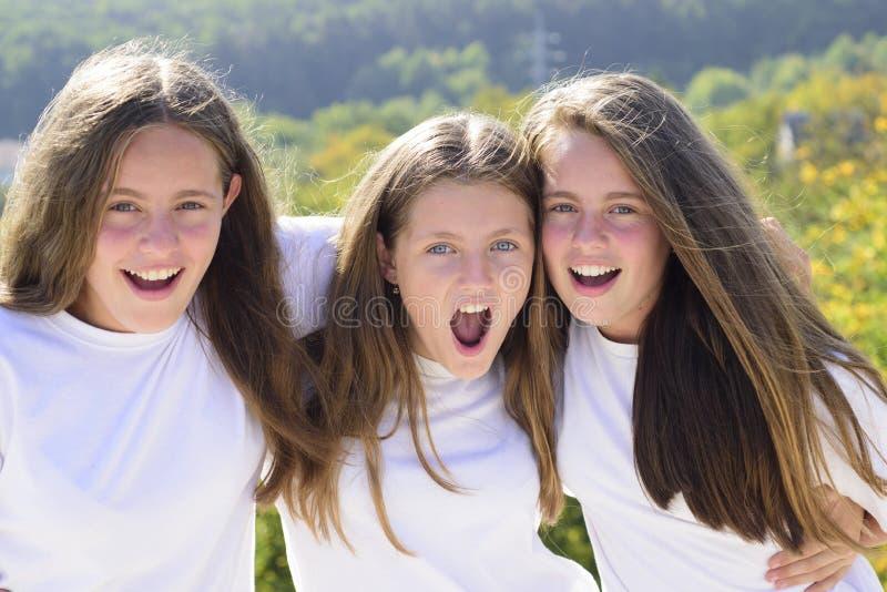 Tijd te ontspannen Samen het spelen Gekke hipstermeisjes de kinderen in de zomer kamperen Gelukkige de jeugdpartij Vriendschap en royalty-vrije stock foto