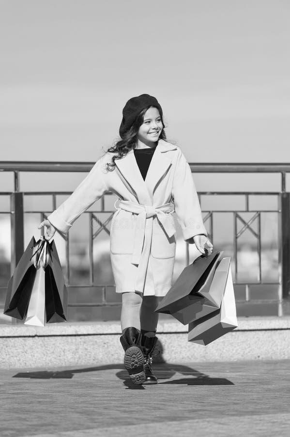 Tijd te winkelen Het winkelen dag Gelukkig meisje De herfsttendens De jong geitjemanier ziet eruit Meisje met het winkelen zakken royalty-vrije stock foto