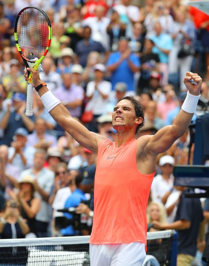 17-tijd viert de Grote Slagkampioen Rafael Nadal van Spanje overwinning na zijn het US Openronde van 2018 van gelijke 16 stock foto's