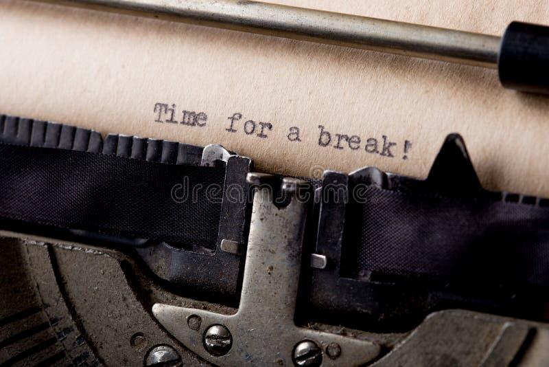 Tijd voor een onderbreking - sms-bericht op het schrijfmachineclose-up royalty-vrije stock afbeeldingen