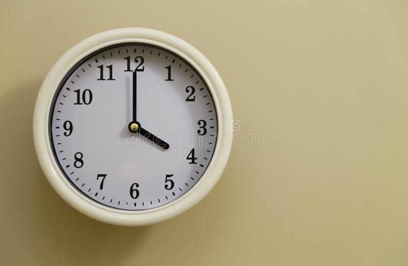 Tijd voor het 4:00 van de muurklok stock foto's