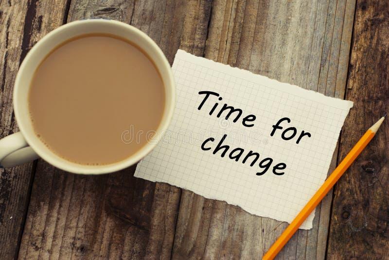 Tijd voor verandering, motieveninschrijving Zaken of onderwijsconcept Rustieke houten achtergrond, kop van koffie royalty-vrije stock foto's