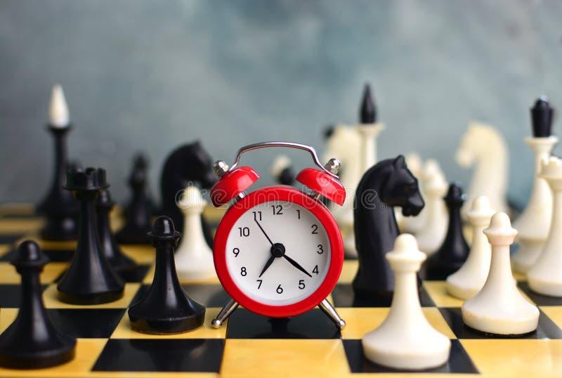 Tijdbeheer in zaken Concept met klok op schaakraad royalty-vrije stock foto
