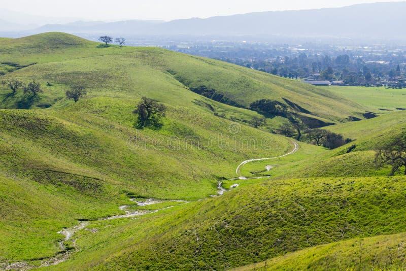 Tijdelijke kreek die onder de groene heuvels en de valleien in Coyotemeer stromen - Harvey Bear Park, Morgan Hill, Californië royalty-vrije stock afbeeldingen