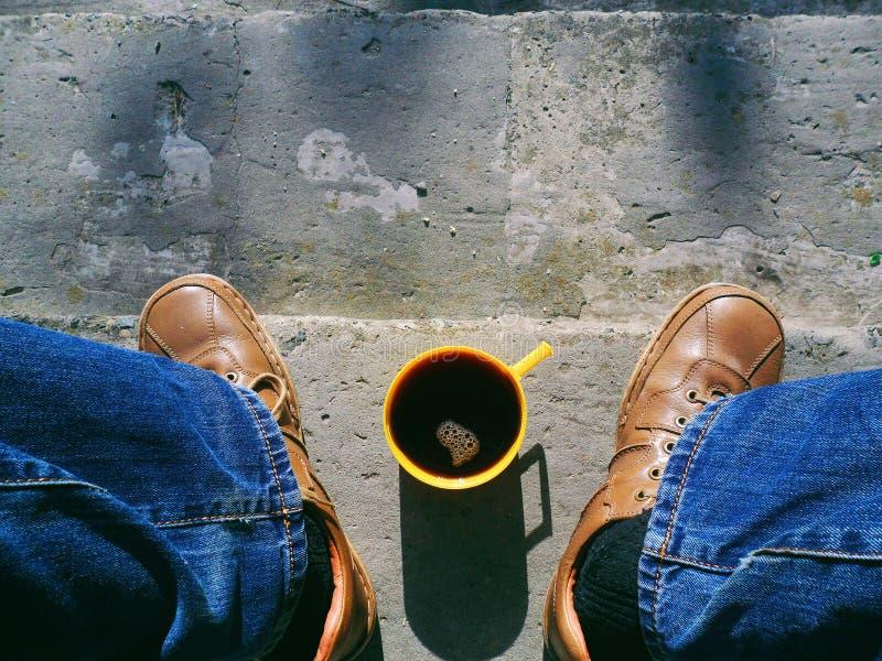 tijdens de reis hebt u een rust in de vorm van een goede koffie nodig stock afbeelding