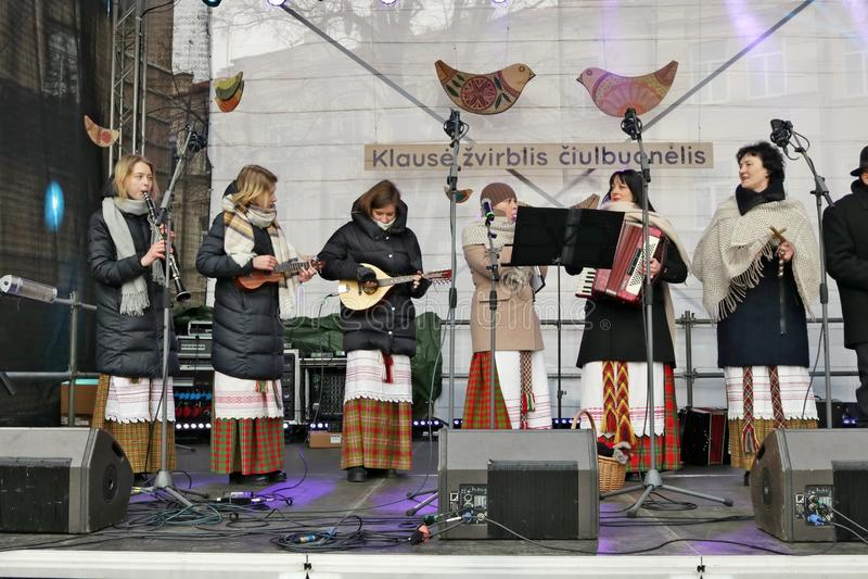 Tijdens de traditionele Kaziuko-de lentemarkt, altijd spelen de dorpsmusici stock afbeeldingen
