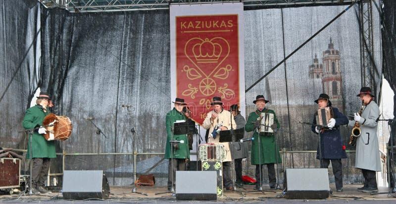 Tijdens de traditionele de lentemarkt, pla van dorpsmusici altijd royalty-vrije stock foto