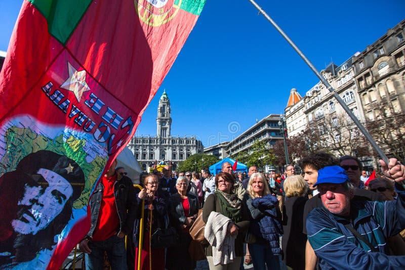 Tijdens viering van Meidag in het stadscentrum Algemene Federatie van Portugese arbeiders stock afbeelding