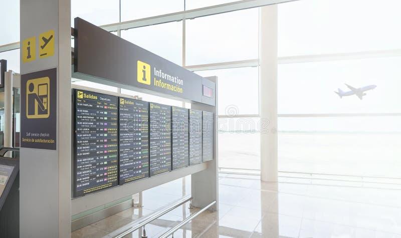 Tijdschemavertoning in een Europese luchthaven die vluchten tonen departur royalty-vrije stock afbeeldingen