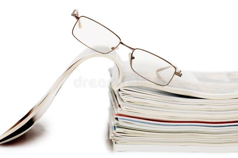 Tijdschrift dat op witte achtergrond wordt geïsoleerdl stock foto's