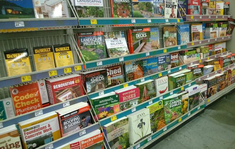 Tijdschriften en boeken op planken stock foto's