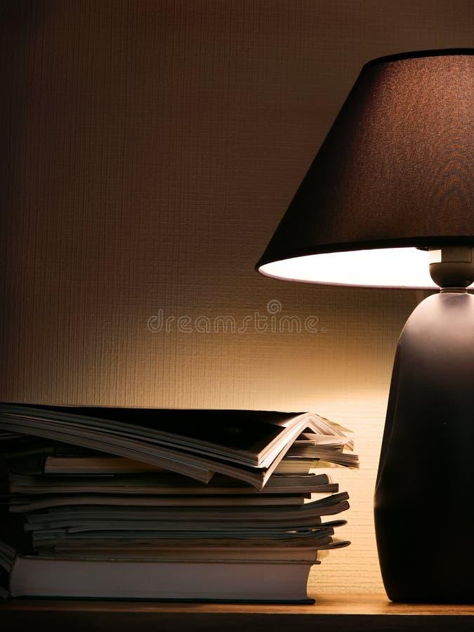 Tijdschriften onder het licht van de avondlamp royalty-vrije stock afbeeldingen