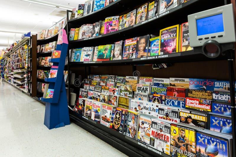 Tijdschriftendoorgang in een Amerikaanse supermarkt royalty-vrije stock foto
