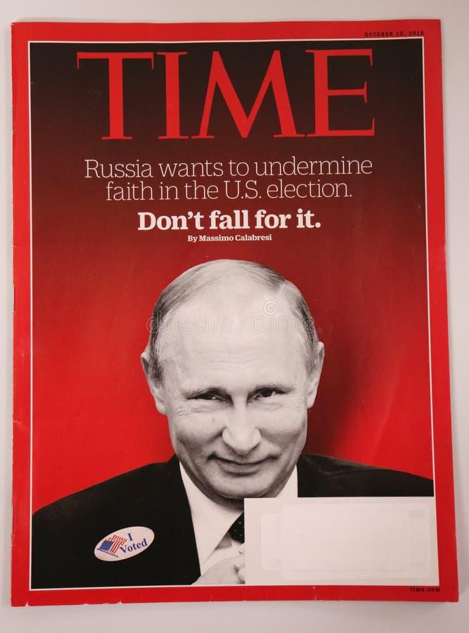 Tijdtijdschrift met Vladimir Putin op voordiepagina vóór de Presidentsverkiezing van 2016 wordt uitgegeven stock afbeeldingen