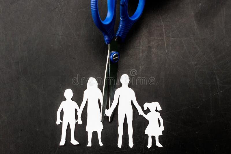 Tijeras del divorcio y de la custodia de los hijos que cortan a la familia aparte imágenes de archivo libres de regalías