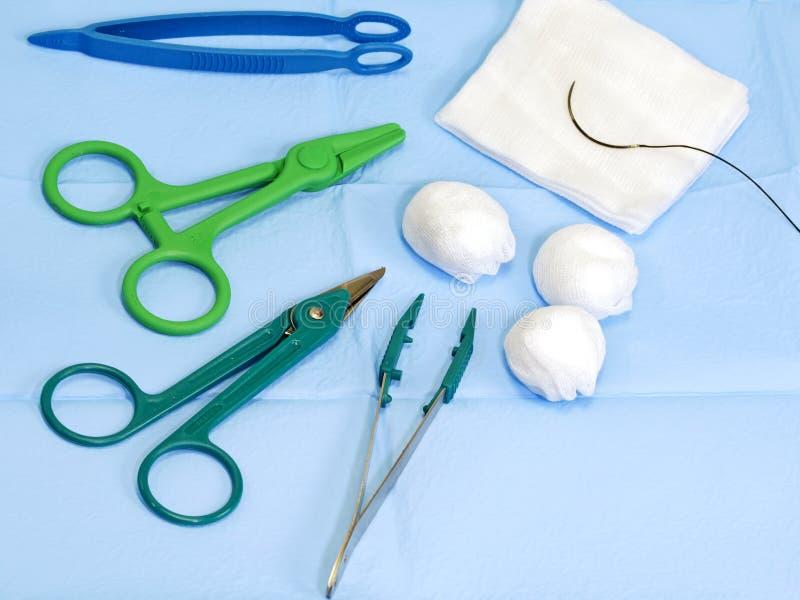 Tijeras, fórceps, gasa quirúrgica, aguja de la sutura imagen de archivo
