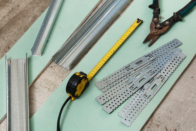 Tijeras para el metal y la cinta de la medida fotografía de archivo libre de regalías
