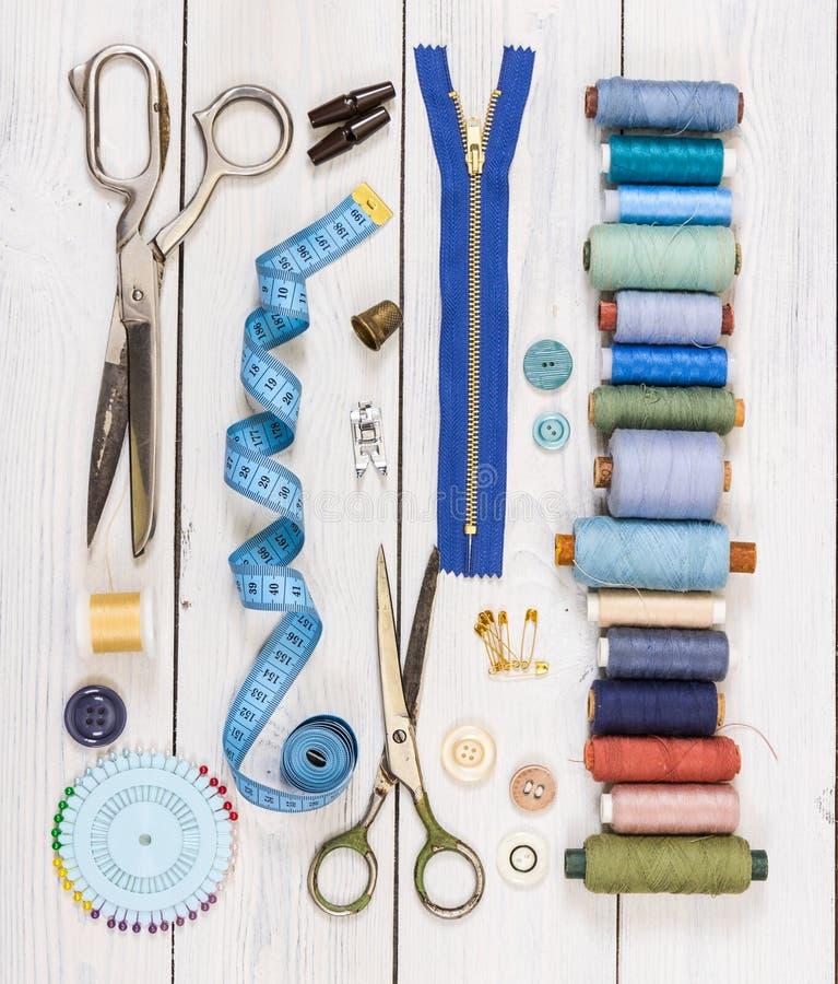 Tijeras viejas, botones, hilos, cinta métrica y suppli de costura fotografía de archivo