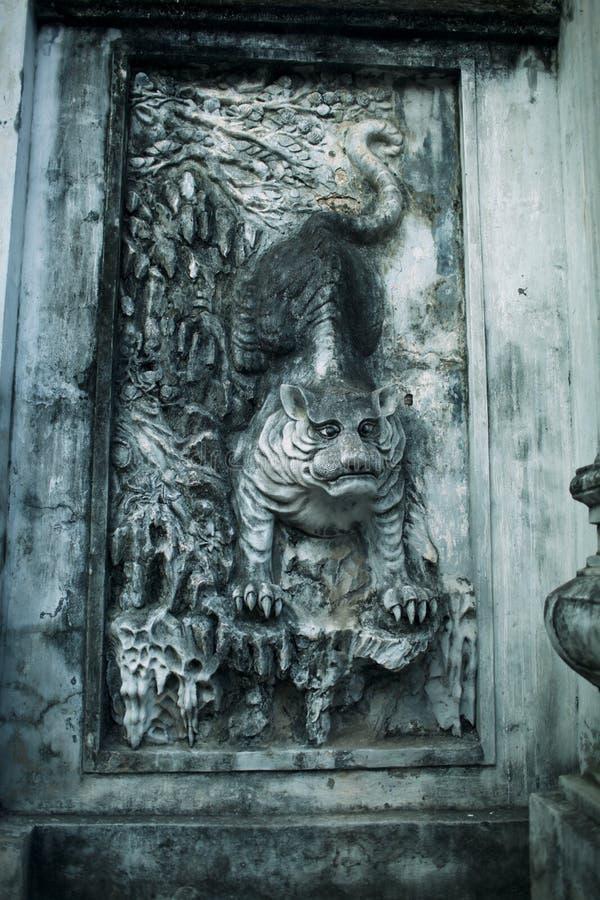Tijger bas-hulp op Tempel van Literatuur in Hanoi, Vietnam royalty-vrije stock fotografie