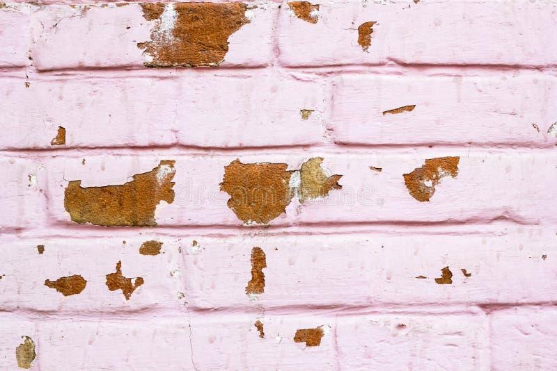 Tijolo cor-de-rosa vermelho parede Textured com dano Edifício industrial do grunge velho Umidade gasta alvenaria pintada fotografia de stock royalty free