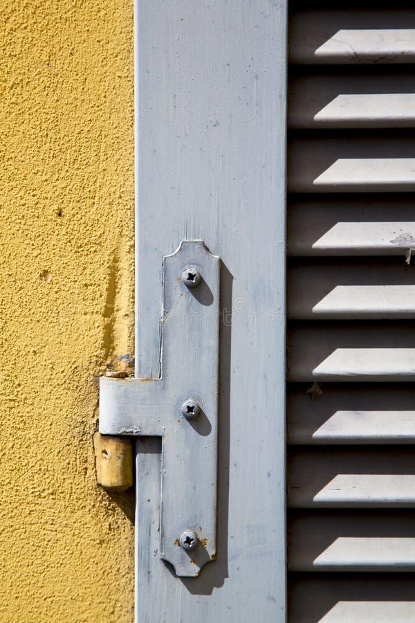 tijolo de madeira do concreto da veneziana da janela do besnate imagem de stock royalty free