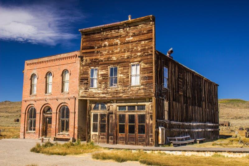 Tijolo histórico & construções de madeira na cidade fantasma foto de stock