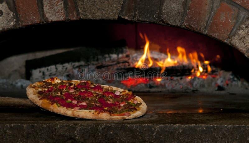 Tijolo Oven Pizza With os trabalhos fotos de stock royalty free