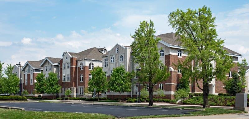 Tijolo vermelho de gama alta e Tan Apartment Buildings imagens de stock royalty free