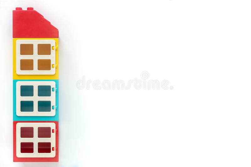 Tijolos de Lego Casa de tijolos pl?sticos do construtor no fundo branco Brinquedos populares Espa?o livre para o texto imagens de stock royalty free
