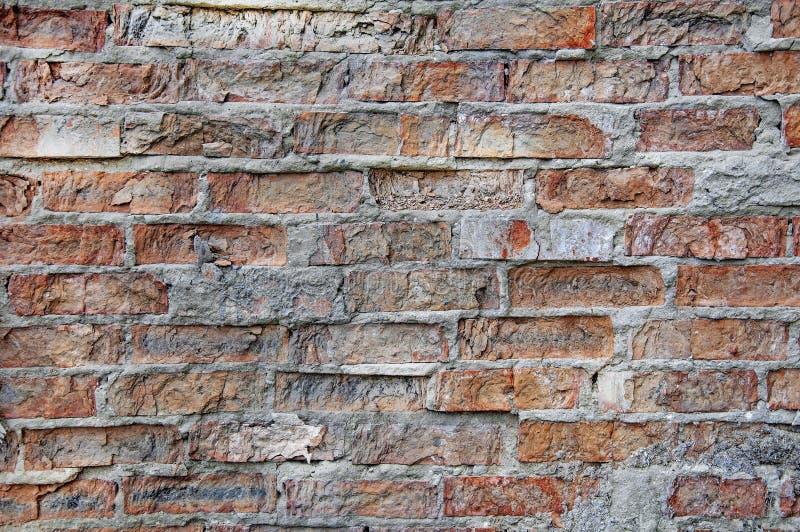 Tijolos fundo e texturas na parede Quebras pobres do tijolo Dano das r?guas foto de stock