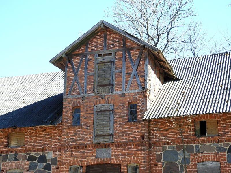 Tijolos vermelhos velhos celeiro, Lituânia fotos de stock
