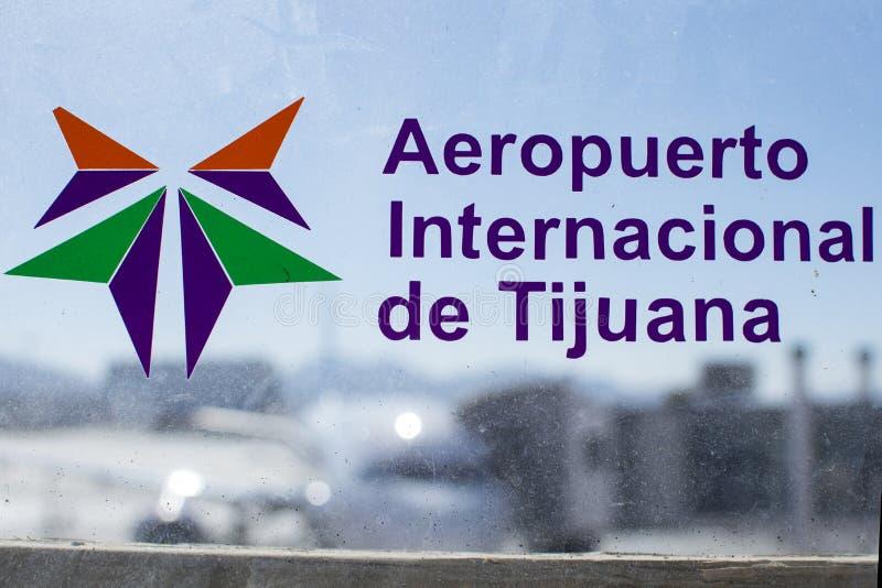 Tijuana International Airport tecken på smutsigt flygplatsfönster royaltyfria bilder