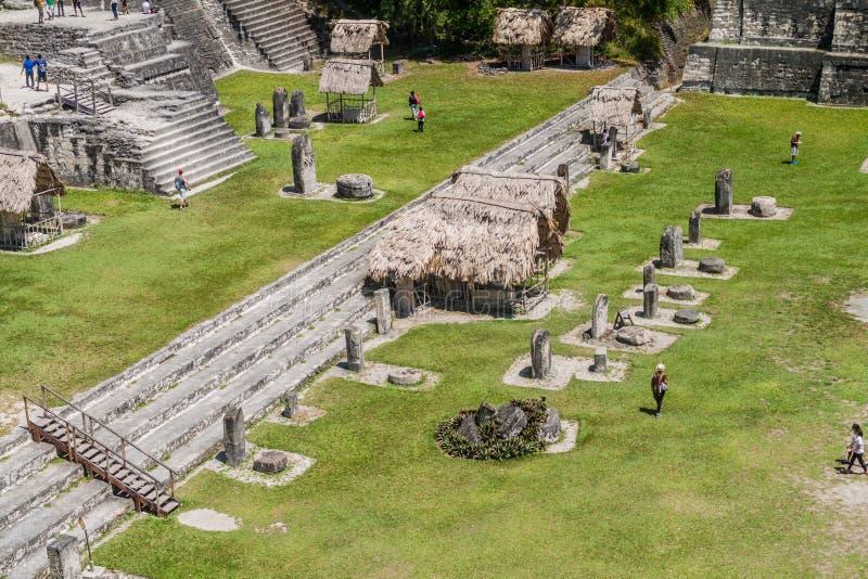 TIKAL, GUATEMALA - 14 DE MARZO DE 2016: Turistas en la plaza de Gran en el sitio arqueológico Tikal, Guatema fotografía de archivo libre de regalías