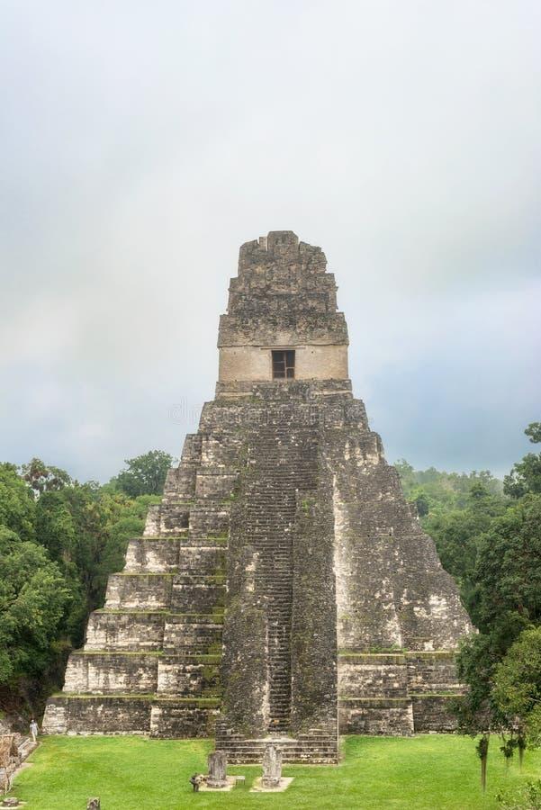 Tikal tempel I, tempel av den stora Jaguar i den huvudsakliga plazaen av arkivbilder