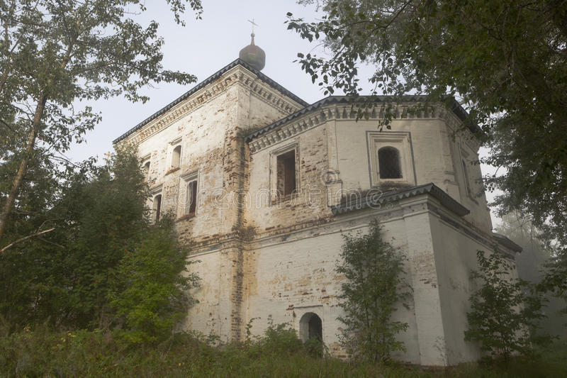 Tikhvin Theotokos教会在三位一体Gleden的修道院有薄雾在一个夏天早晨 免版税库存图片