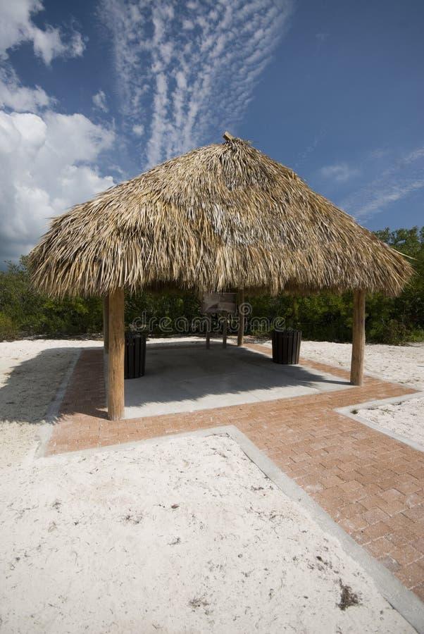 Tiki Hütte-Cocos setzen Florida-Tasten auf den Strand lizenzfreies stockbild