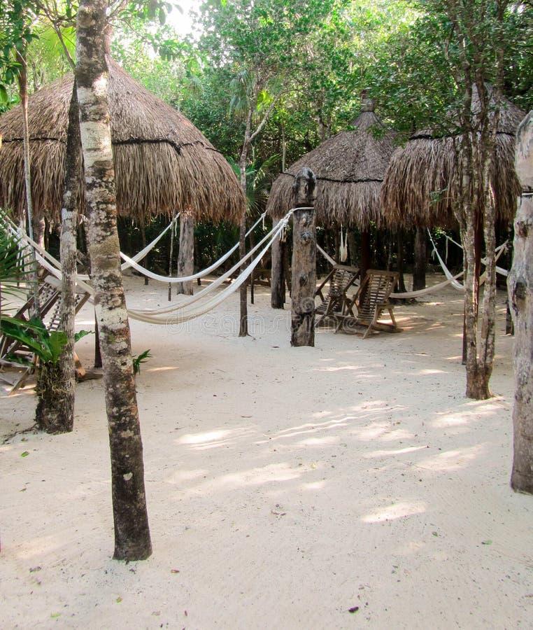 Tiki Huts en la arena imagen de archivo