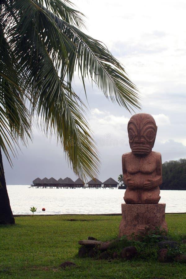 Tiki Statue auf dem Strand stockbild