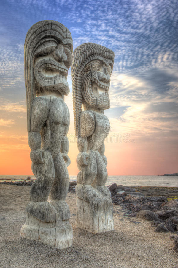 Tiki Statues na cidade do refúgio imagem de stock