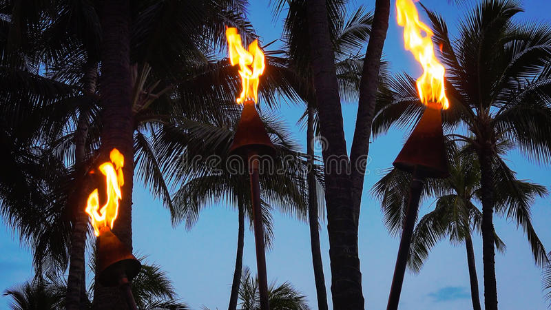 Tiki Torches Burning sur la plage de Waikiki la nuit photo libre de droits