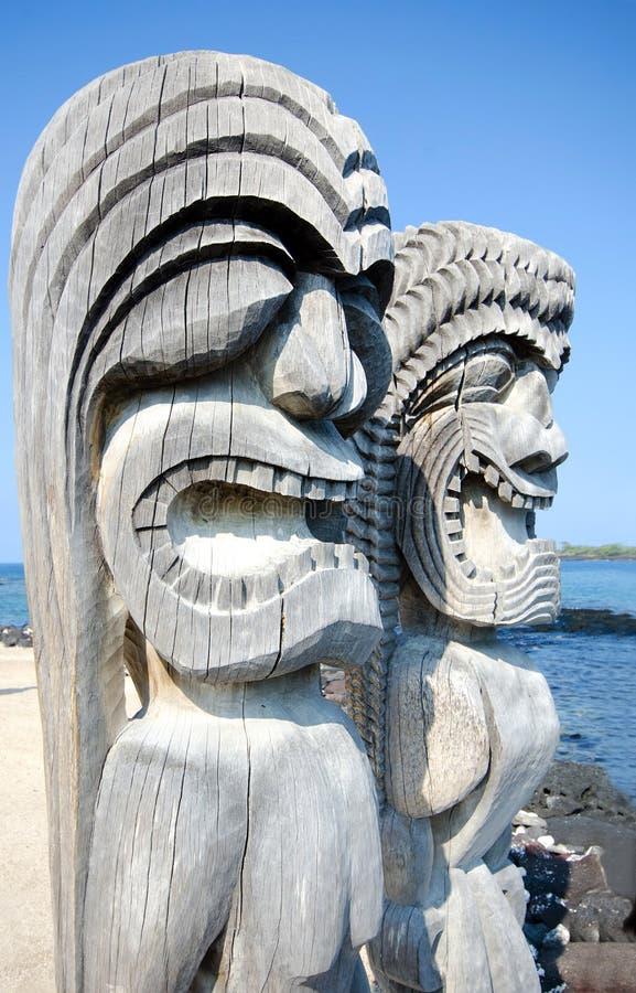 Tikis на парке Puuhonua o Honaunau национальном историческом на большом острове в Гаваи стоковое фото rf