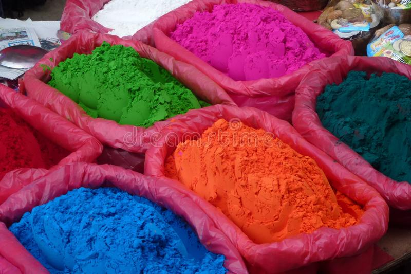 Tikka ha colorato la polvere da vendere ad un mercato di strada Kathmandu, Nepal fotografie stock