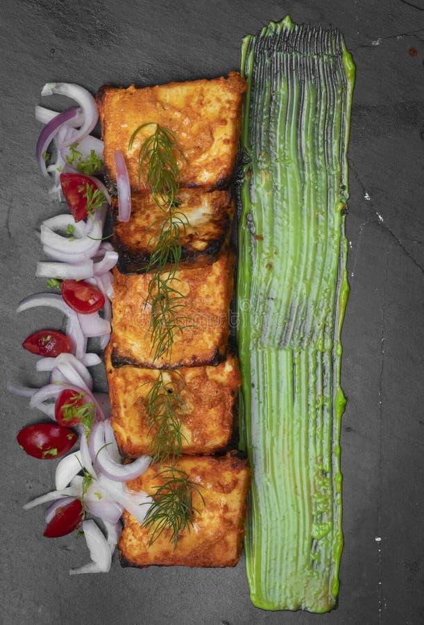 Tikka Paneer με την πράσινη chutney σάλτσα στο μαύρο τοπ πυροβολισμό πιάτων στοκ φωτογραφίες με δικαίωμα ελεύθερης χρήσης