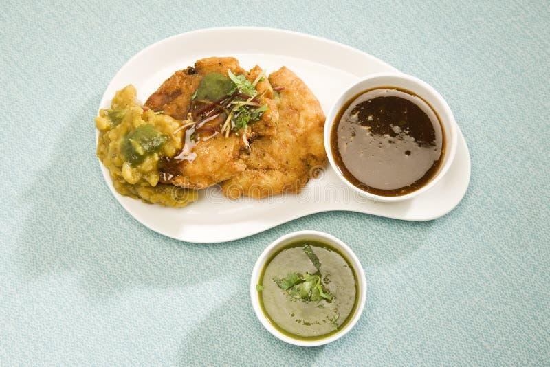 Tikki d'Aloo ou boules de pomme de terre ou chaat frites, nourriture indienne photo stock
