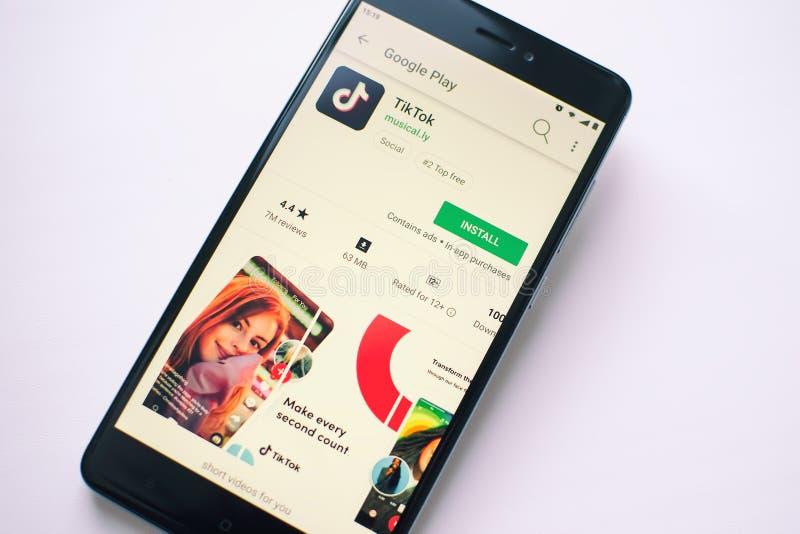 TikTok comprenant le musical application sociale visuelle de médias d'appli de la LY images libres de droits